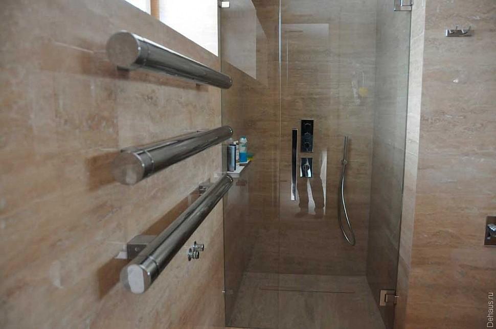 Распашная стеклянная дверь модель AGITUS от MWE